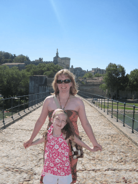 France-Avignon-dancing on le Pont d'Avignon