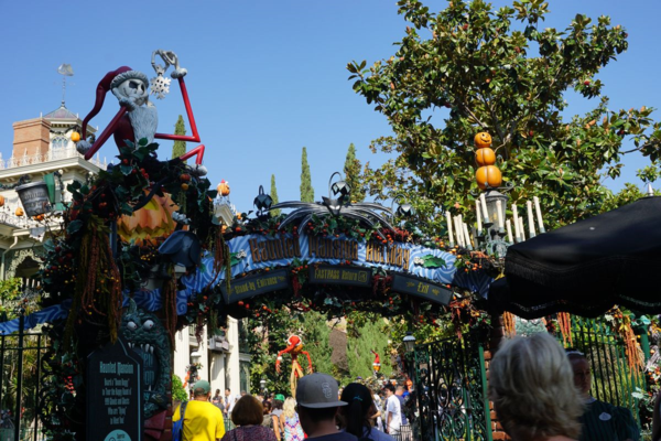 Disneyland-the haunted mansion-at halloween