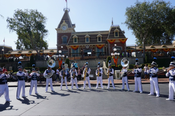 Disneyland-diamond celebration-town square-disneyland band